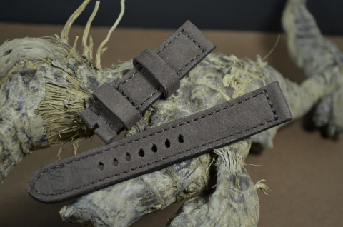 82 NUBUK VINTAGE BROWN II 20-20 130-80 MM is one of our hand crafted watch straps. Available in brown color, 4 - 4.5 mm thick.