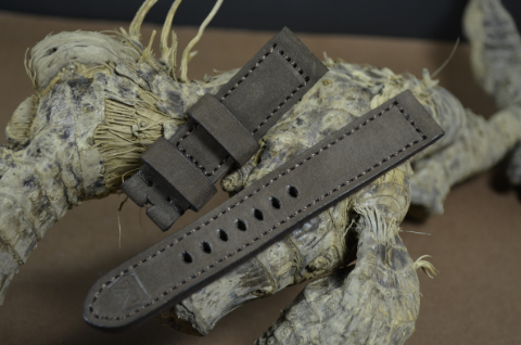 83 NUBUK VINTAGE BROWN II 20-20 130-80 MM is one of our hand crafted watch straps. Available in brown color, 4 - 4.5 mm thick.