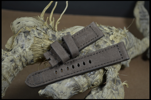 85 NUBUK VINTAGE BROWN II 22-20 115-75 MM is one of our hand crafted watch straps. Available in brown color, 4 - 4.5 mm thick.