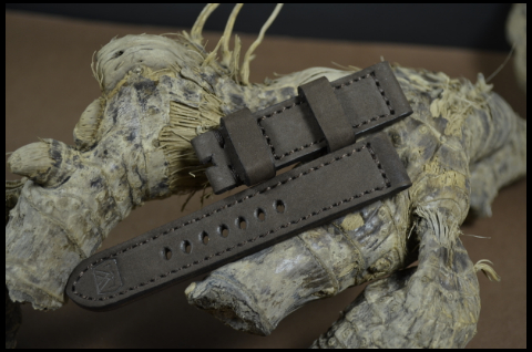 87 NUBUK VINTAGE BROWN II 20-20 115-75 MM is one of our hand crafted watch straps. Available in brown color, 4 - 4.5 mm thick.
