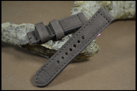 92 NUBUK VINTAGE BROWN II 20-20 115-75 MM is one of our hand crafted watch straps. Available in brown color, 4 - 4.5 mm thick.