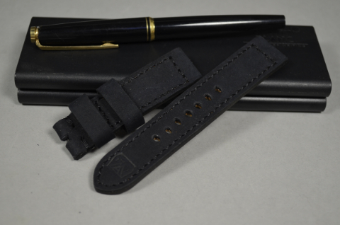 102 NUBUK VINTAGE BLACK I 20-20 115-75 MM is one of our hand crafted watch straps. Available in black color, 4 - 4.5 mm thick.