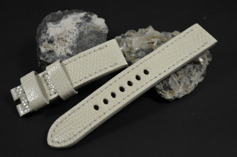 38 CREAM 20-20-130-80 MM is one of our hand crafted watch straps. Available in cream color, 4 - 4.5 mm thick.