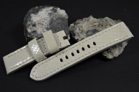 41 CREAM 22-20-115-75 MM is one of our hand crafted watch straps. Available in cream color, 4 - 4.5 mm thick.