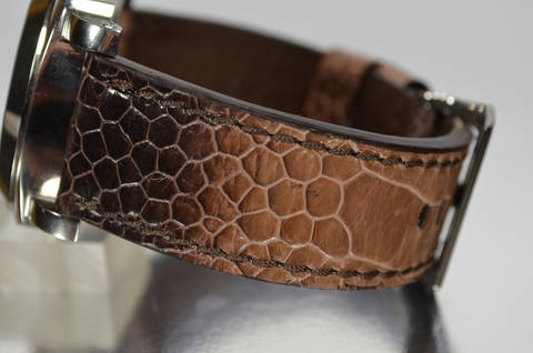 CINNAMON SHINY is one of our hand crafted watch straps. Available in cinnamon color, 4 - 4.5 mm thick.