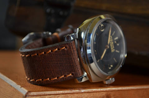 RALLADO is one of our hand crafted watch straps. Available in brown color, 4 - 4.5 mm thick.