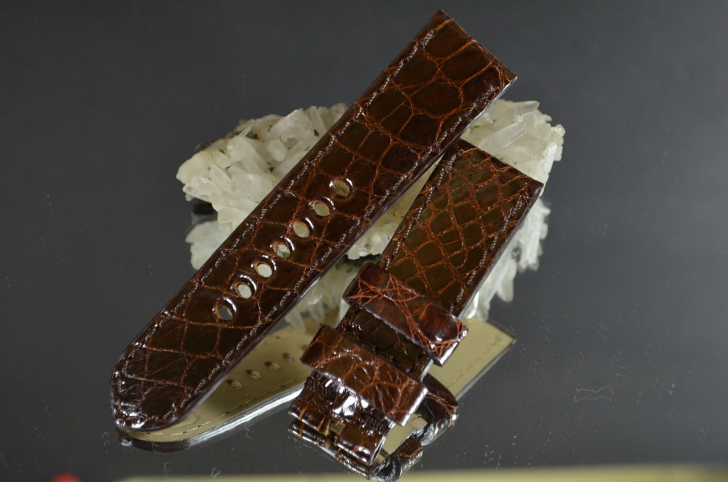 TOBACCO I 24-22 115-75 MM D is one of our hand crafted watch straps. Available in tobacco color, 4 - 4.5 mm thick.