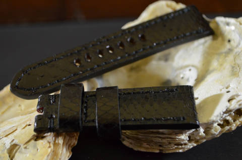 BLACK 22-20 115-75 MM C is one of our hand crafted watch straps. Available in black color, 4 - 4.5 mm thick.