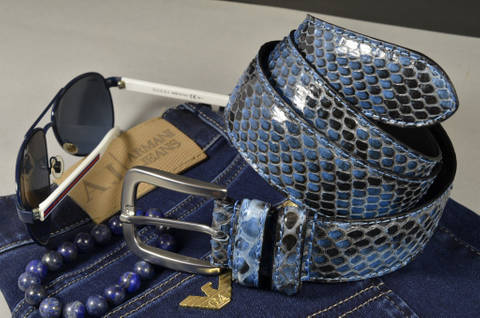 35MM EXOTIC PYTHON JEANS BLUE SHINY is one of our hand crafted belts, made with exceptional quality python back shiny. Available in jeansblue color, 35 mm wide & 3.5 - 4 mm thick.