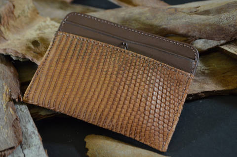 AMALFI - LIZARD 7 VINTAGE CAMEL is one of our hand crafted wallets, made using salvator lizard matte & calfskin / textil in the interior. Available in camel color.