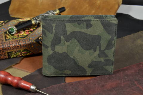 ROMA - CALF 8 NUBUK CAMOUFLAGE is one of our hand crafted wallets, made using calf nubuk leather & calfskin / textil in the interior. Available in camouflage color.