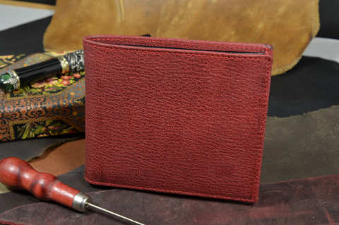 ROMA - CALF 17 BOX CALF RED is one of our hand crafted wallets, made using box calf & calfskin / textil in the interior. Available in red color.
