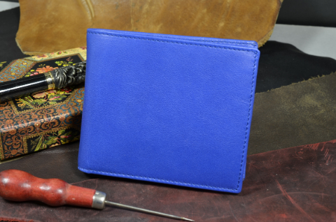 ROMA - CALF 25 CALF PREMIER BLUE is one of our hand crafted wallets, made using calf leather & calfskin / textil in the interior. Available in blue color.