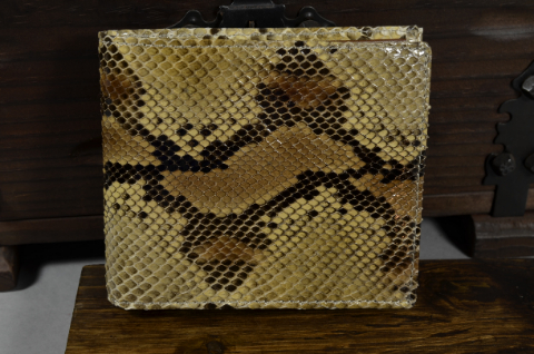 ROMA - PYTHON 35 SAND SHINY is one of our hand crafted wallets, made using python back shiny & calfskin / textil in the interior. Available in sand color.