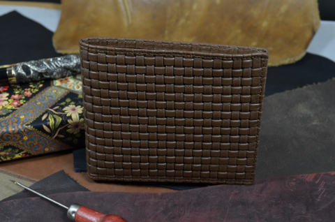 FIRENZE - CALF 18 BRAIDY BROWN is one of our hand crafted wallets, made using embossed calf leather & calfskin / textil in the interior. Available in brown color.