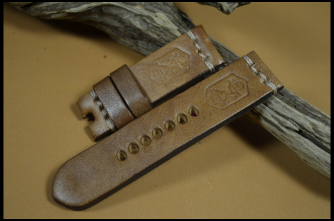 OIL BROWN XMAS 24-24 115-75 MM is one of our hand crafted watch straps. Available in brown color, 4 - 4.5 mm thick.